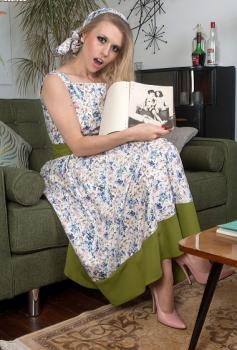 Vintageflash.com- Michelle Moist - Pervy book play time!