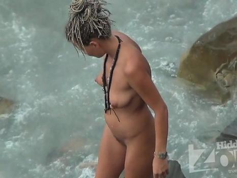 Hidden-Zone.com- Nu1578# Nude beach voyeur cam switched to close-up. We can see the young beautiful body in detail.