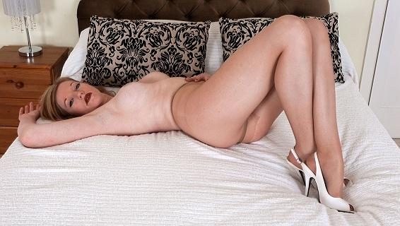 Pantyhosed4u.com- Gallery:Holly Kiss - Sumptuous sexy and sheer!