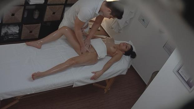 Czechav.com- Gypsy gets fingered during the massage